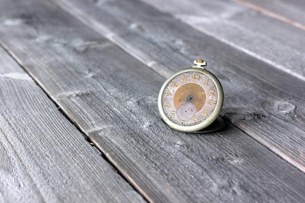 Horloge mécanique vintage sans aiguilles.