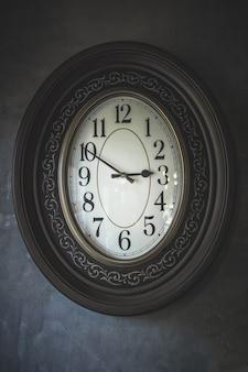 Horloge murale antique en bois