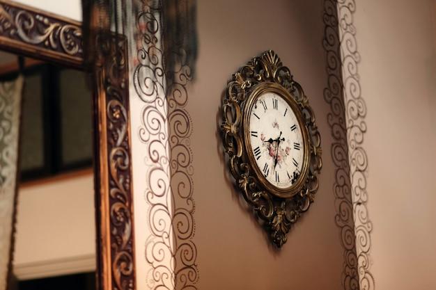 Horloge murale bronze vintage. cadran avec des flèches de l'horloge en bronze antique.