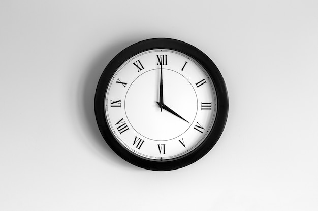 Horloge murale cadran romain indiquant quatre heures
