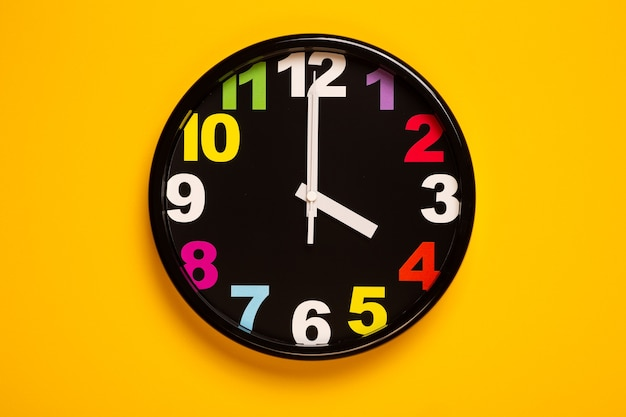 Horloge murale colorée montre quatre heures