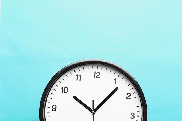 Horloge murale sur fond de couleur