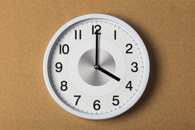 Horloge murale indiquant quatre heures