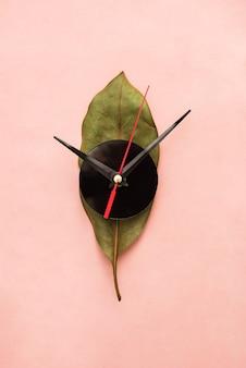 Horloge murale maison avec concept de feuille de fleur de ficus