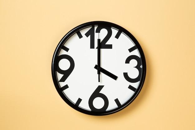 Horloge murale montrer quatre heures