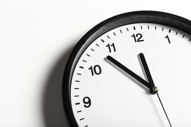 Horloge murale ronde classique noir et blanc simple