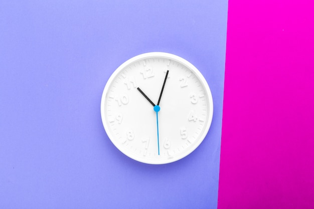 Horloge murale sur surface colorée