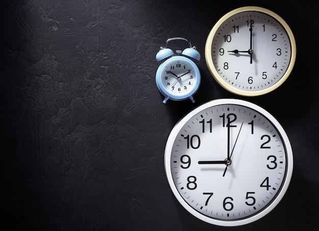 Horloge murale à la texture de fond noir