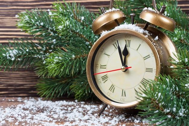 Horloge de noël et branches de sapin