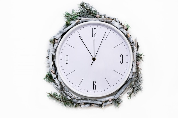 Horloge de noël avec décoration d'hiver sur le mur