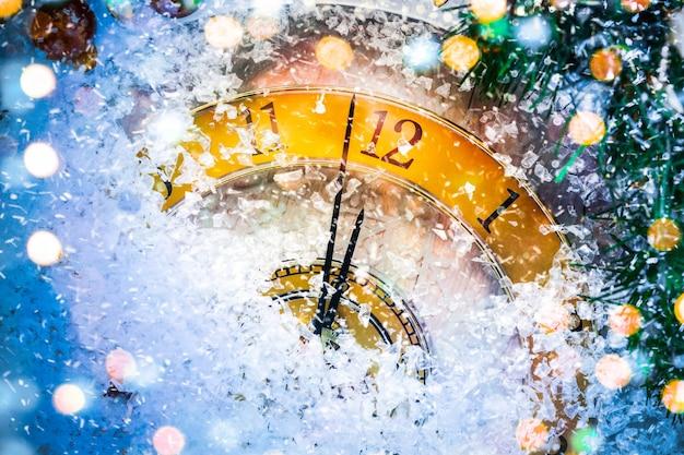 Horloge de noël recouverte de neige blanche