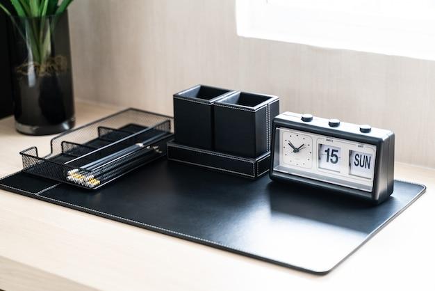 Horloge noire sur la table de travail à la maison