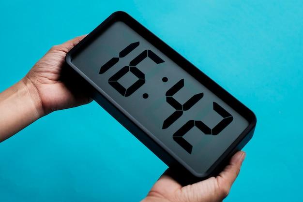Horloge numérique sur fond bleu