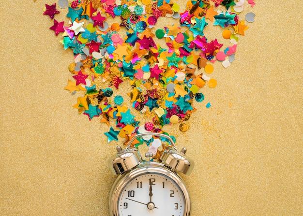 Horloge à paillettes sur table
