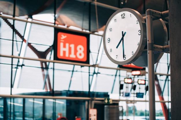 Horloge de la porte du terminal de l'aéroport
