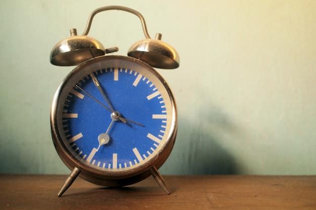 Horloge rétro sur table