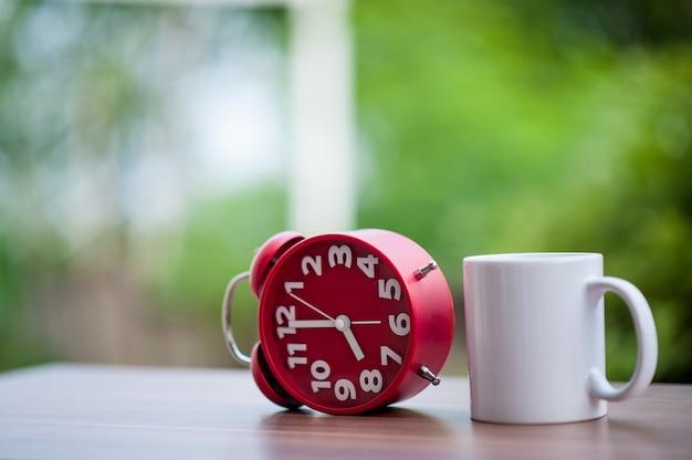 Horloge rouge sur la table.