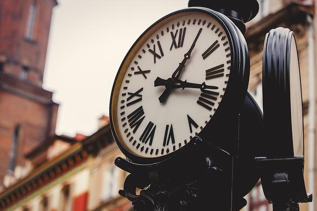 Horloge de rue sur un poteau. fabriqué dans un style vintage.