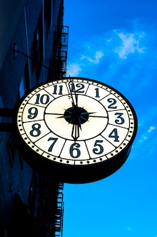 Horloge de rue vintage sur le bâtiment à new york au coucher du soleil