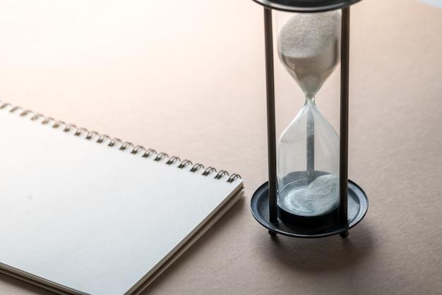 Horloge de sable, travail d'équipe et gestion du temps