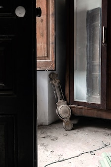 Horloge sur le sol dans une maison abandonnée