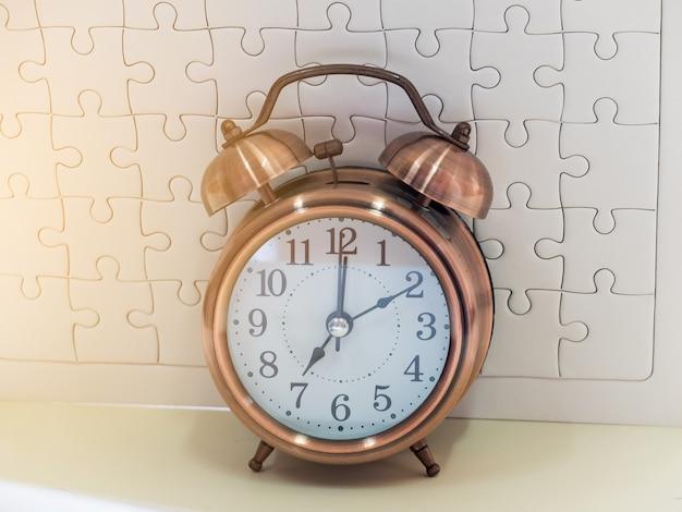 Horloge sur une table blanche
