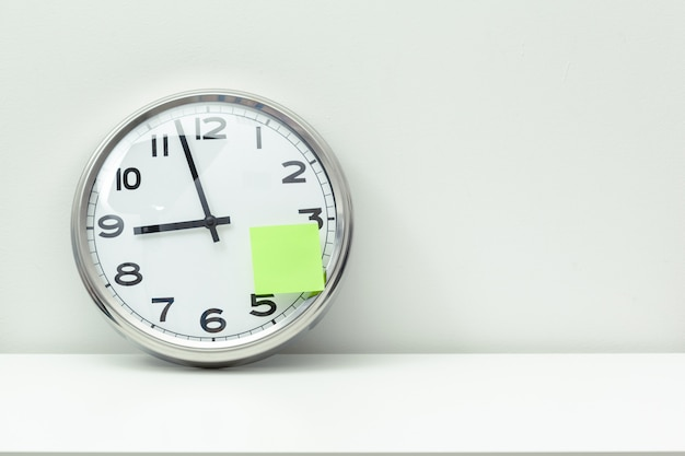 Horloge à une table de bureau