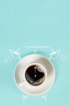 Horloge tasse d'espresso frais avec horloge signe sur fond bleu