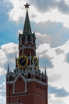 Horloge de la tour du kremlin de moscou. l'ancienne tour du kremlin de moscou.