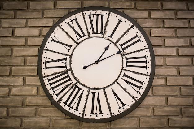 Horloge vintage sur mur de briques