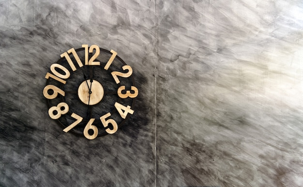 Horloge vintage sur vieux mur de briques