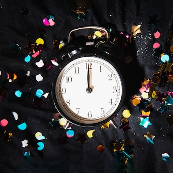 Horloge vue de dessus avec des confettis colorés