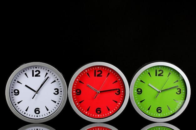 Horloges de bureau rondes sur fond noir