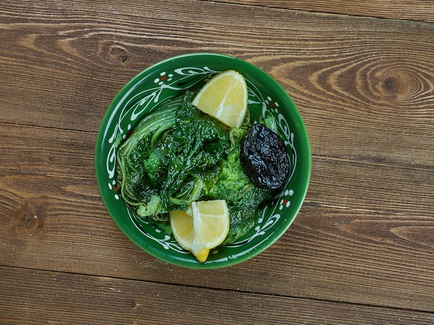 Horta vrasta - légumes-feuilles de pissenlit bouillis à la grecque,