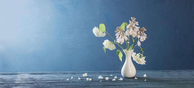 Hortensia blanc dans un vase sur table en bois