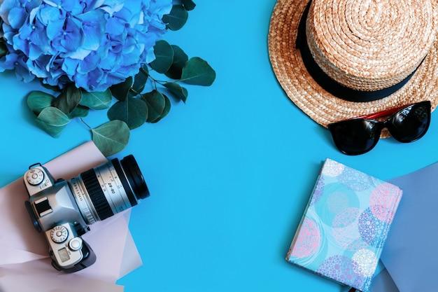 Hortensia bleu vue de dessus mur laisse bouquet chapeau appareil photo photo bloc-notes page lunettes de soleil rose copie espace
