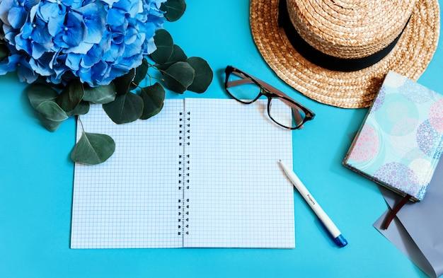 Hortensia bleu vue de dessus mur laisse bouquet chapeau pad bloc-notes page verres rose copie espace