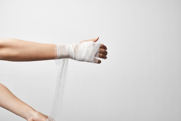 Hospitalisation de traitement de douleur d'herbe de bras bandé