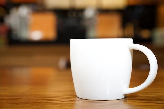 Hot art latte dans l'art blanc sur la table en bois