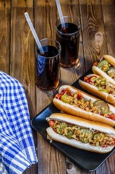 Hot-dog américain avec des ingrédients et des sodas