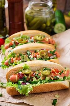 Hot-dog aux piments jalapeno, tomate, concombre et laitue