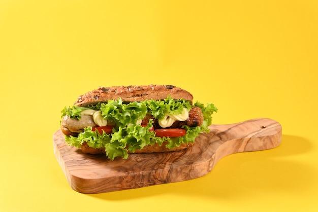 Hot Dog Avec Beaucoup De Salade Verte Et Saucisses Frites Photo Premium