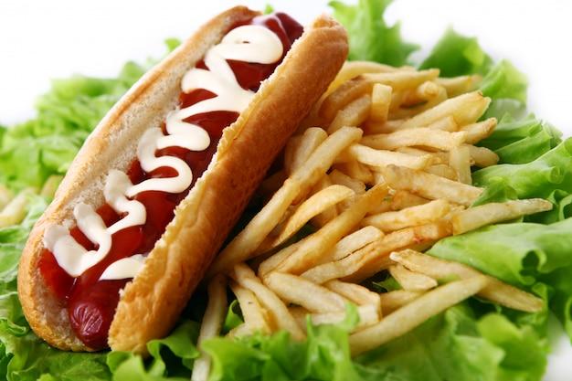 Hot-dog frais et savoureux avec pommes de terre frites