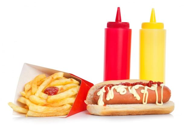 Hot-dog frais et savoureux avec des pommes de terre frites