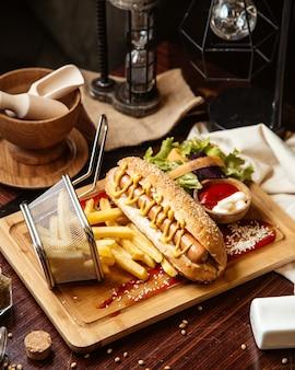 Hot dog avec frites vue latérale