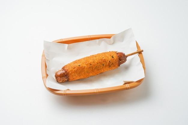 Hot-dog isolé sur fond blanc