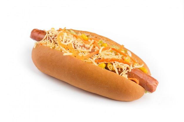 Hot dog sur un mur blanc