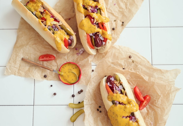 Hot dog avec sauce sur surface blanche