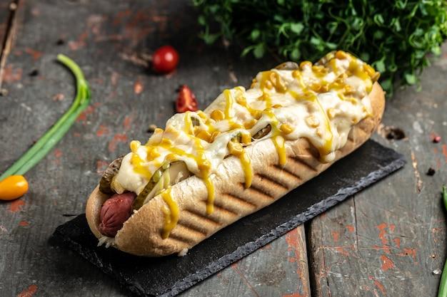 Hot-dog avec saucisse au fromage et au maïs. restauration rapide américaine.