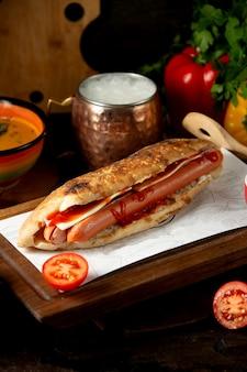 Hot dog à la saucisse et à l'ayran fouetté